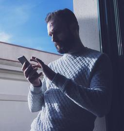 Mann macht Test mit Smartphone